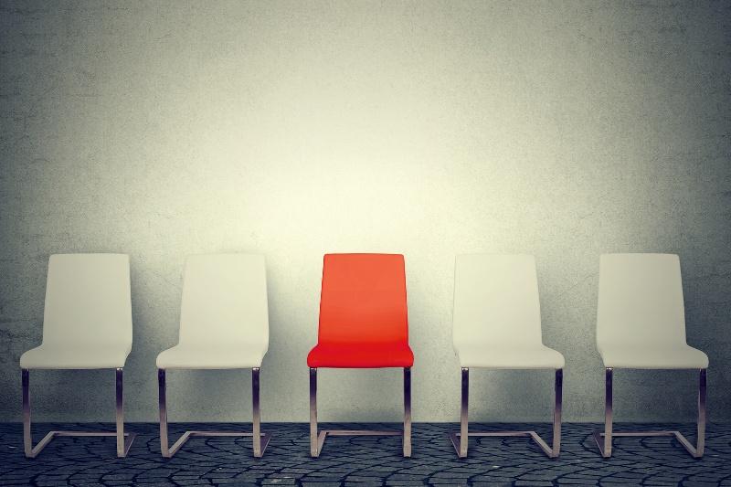 puste krzesła oznaczające pracowników na urlopie