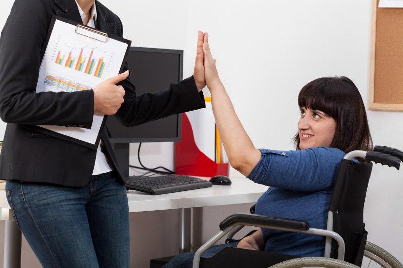 osoba niepełnosprawna w pracy biurowej