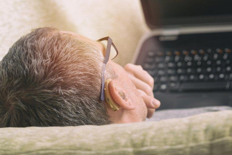 Pracownik niedosłyszący przed komputerem