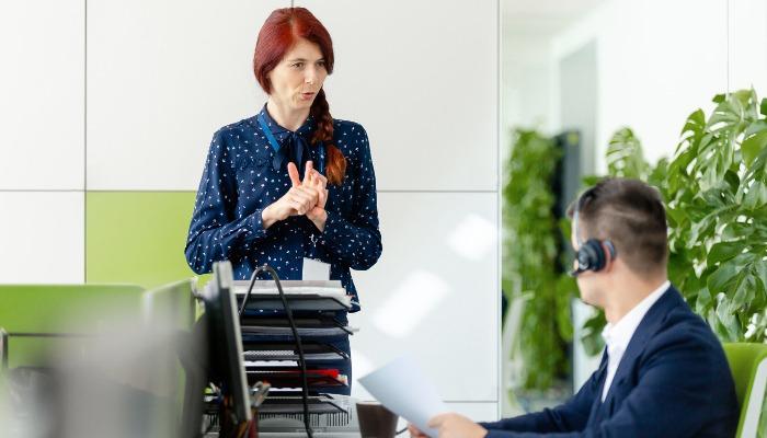 Managerka mówiąca do pracownika biurowego