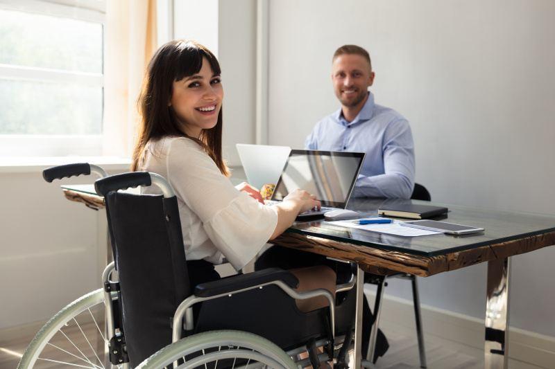 dziewczyna na wózku inwalidzkim podczas pracy w biurze