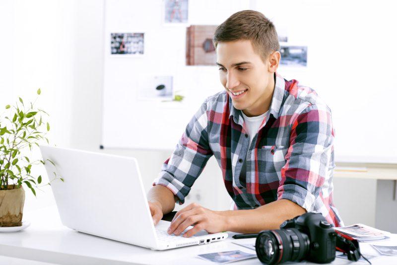 osoba pracująca zdalnie przed komputerem