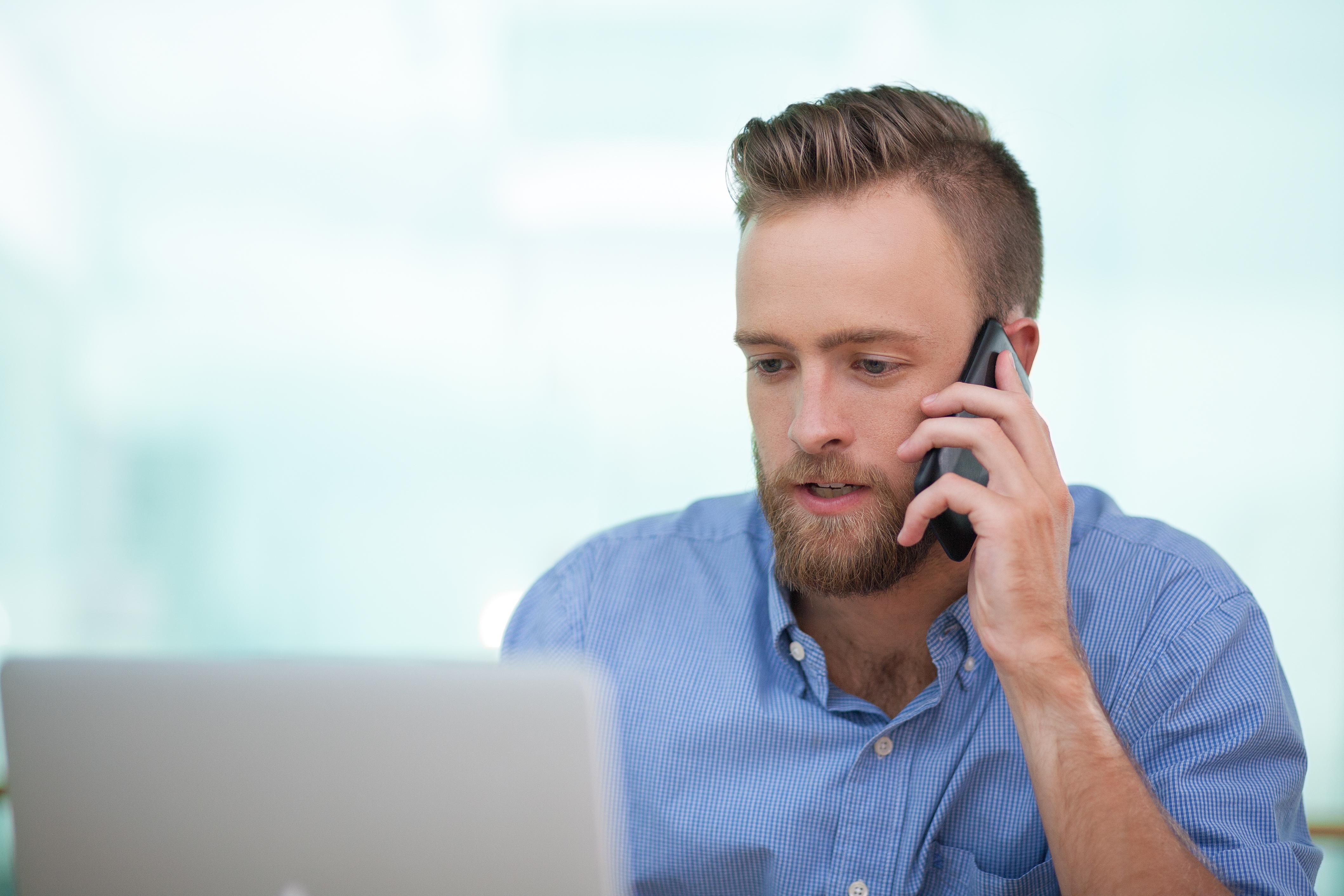 Pracownik rozmawiający przez telefon